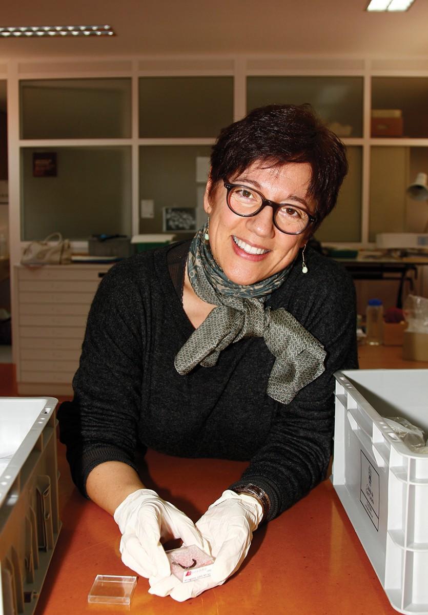 Direktorin Carmen Gloria Rodríguez Santana zeigt jüngste Fundstücke